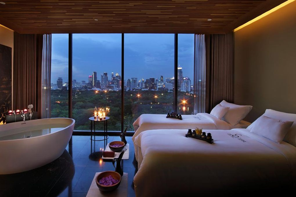 Luxe Hotel kamer met bad en grote ramen met uitzicht over Bangkok