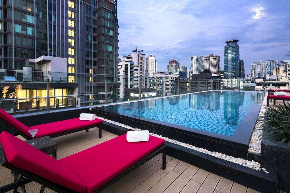 ligbedjes aan infinity pool met uitzicht over Bangkok