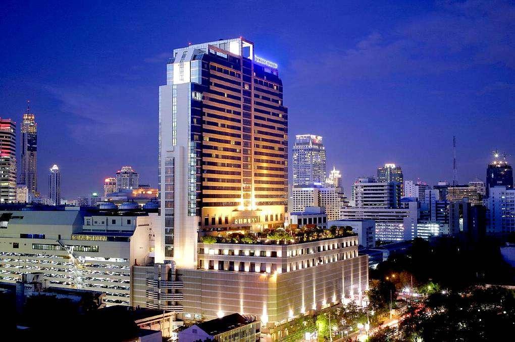 Hoog verlicht gebouw in Bangkok
