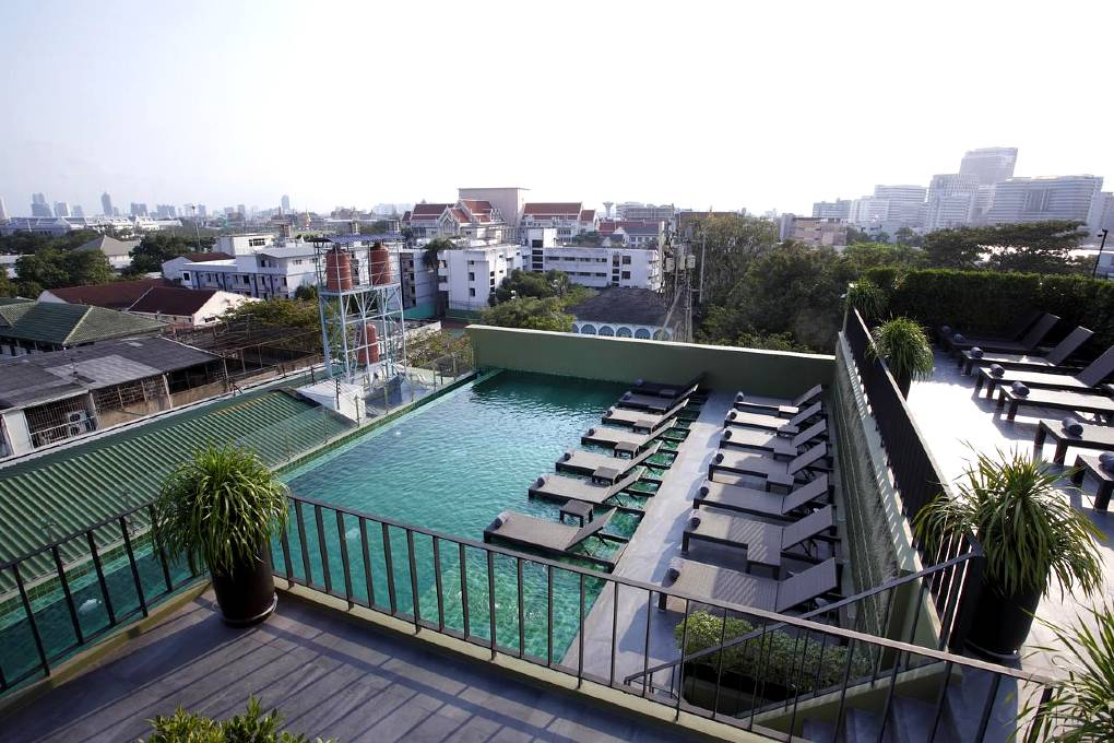 Hotel Chillax Heritage Rambuttri Road - Roof pool overlooking the city of Bangkok