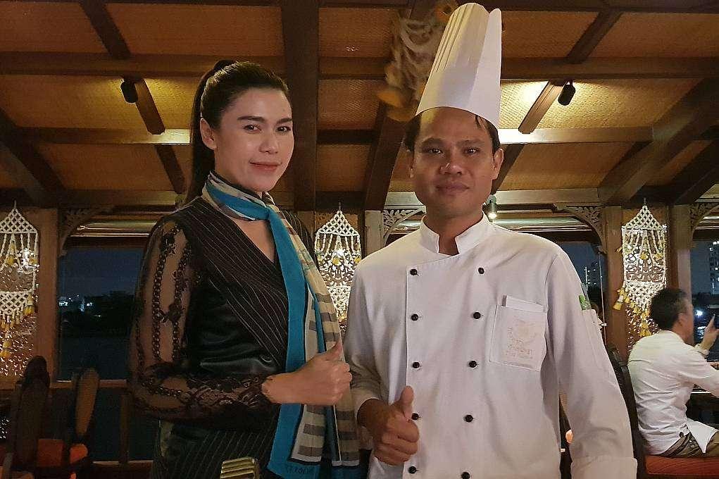De gastvrouw en chef tijdens de Baan Khanitha Cruise in Bangkok