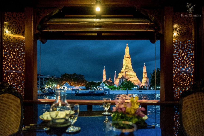 Uitzicht op de Wat Arun tijdens de Baan Khanitha Cruise over de Chao Phraya rivier in Bangkok