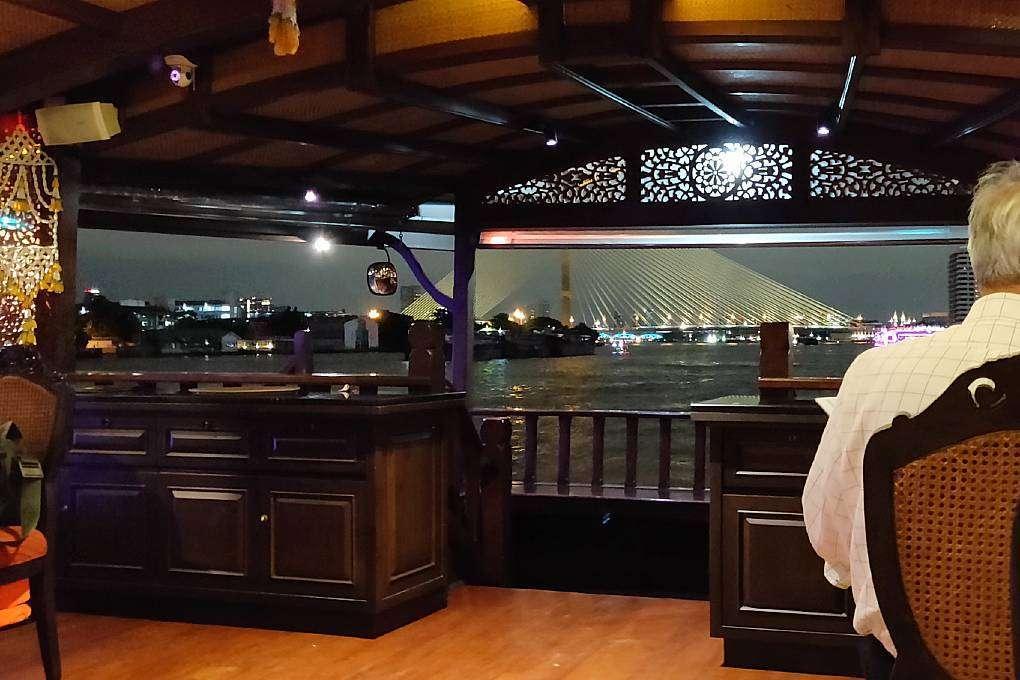De King Rama VIII brug tijdens de Baan Khanitha Cruise