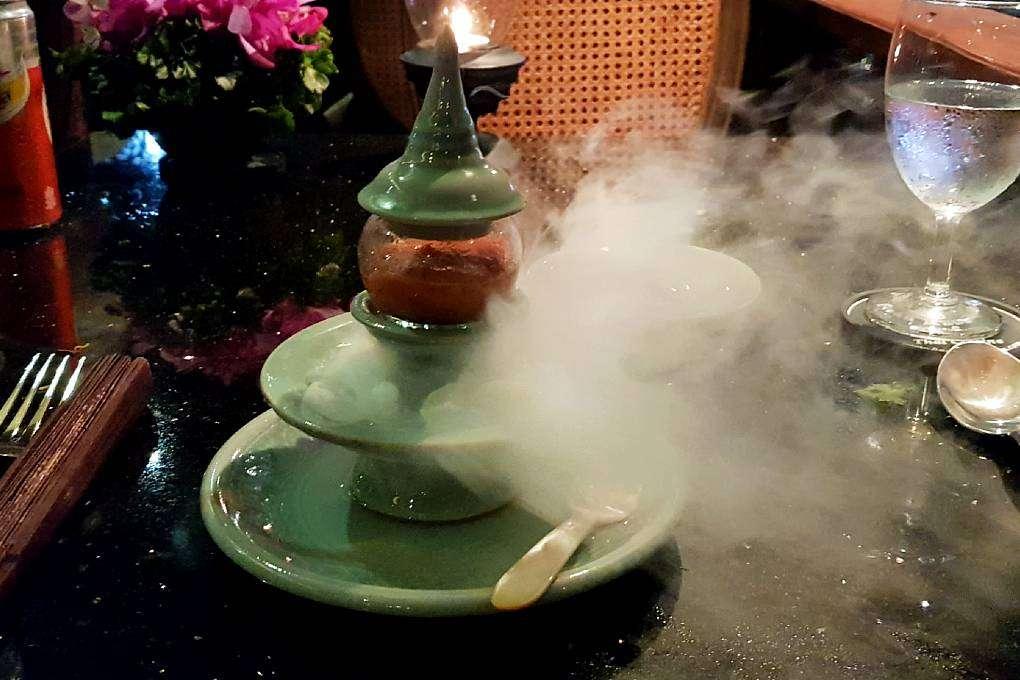 Limoensorbet met rookijs als palate cleansing tijdens de Baan Khanitha Cruise