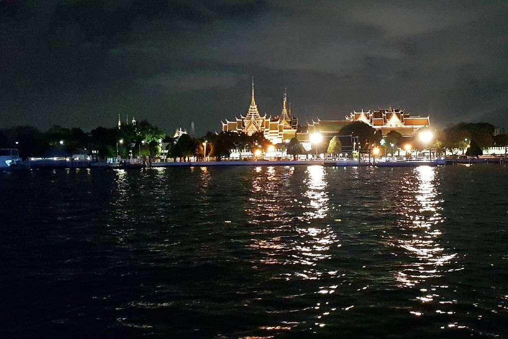 De Grand Palace gezien vanaf de Baan Khanitha Cruise