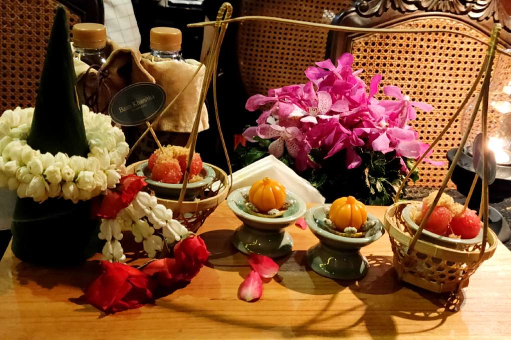 Khanom Data Thong bij de thee tijden de Baan Khanitha Cruise