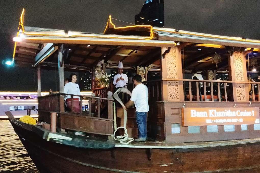 Gedag zwaaien tijdens de Baan Khanitha Cruise
