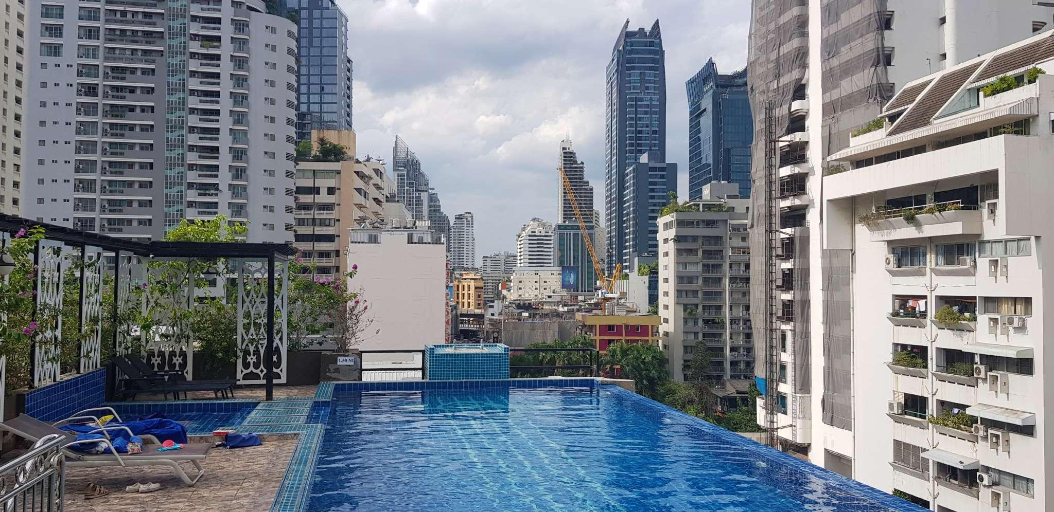 Het zwembad op het dak van Hope Land Hotel Sukhumvit 8 in Bangkok, Thailand
