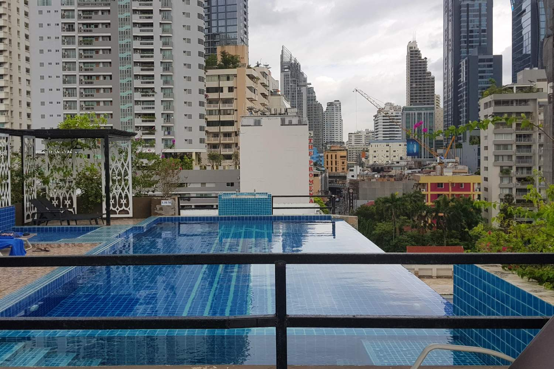 Het zwembad op het dak met uitzicht van Hope Land Hotel Sukhumvit 8 in Bangkok, Thailand