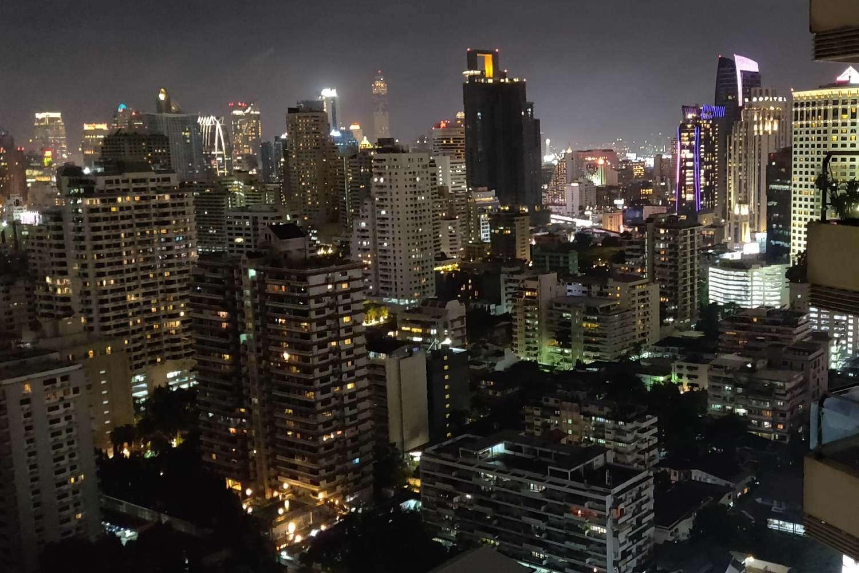 Uitzicht vanaf Long Table over de skyline van Bangkok in het donker
