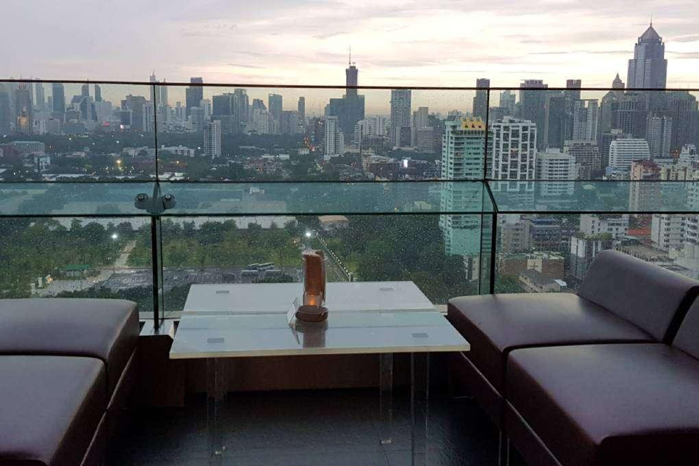 Buiten op het terras van Long Table in Bangkok