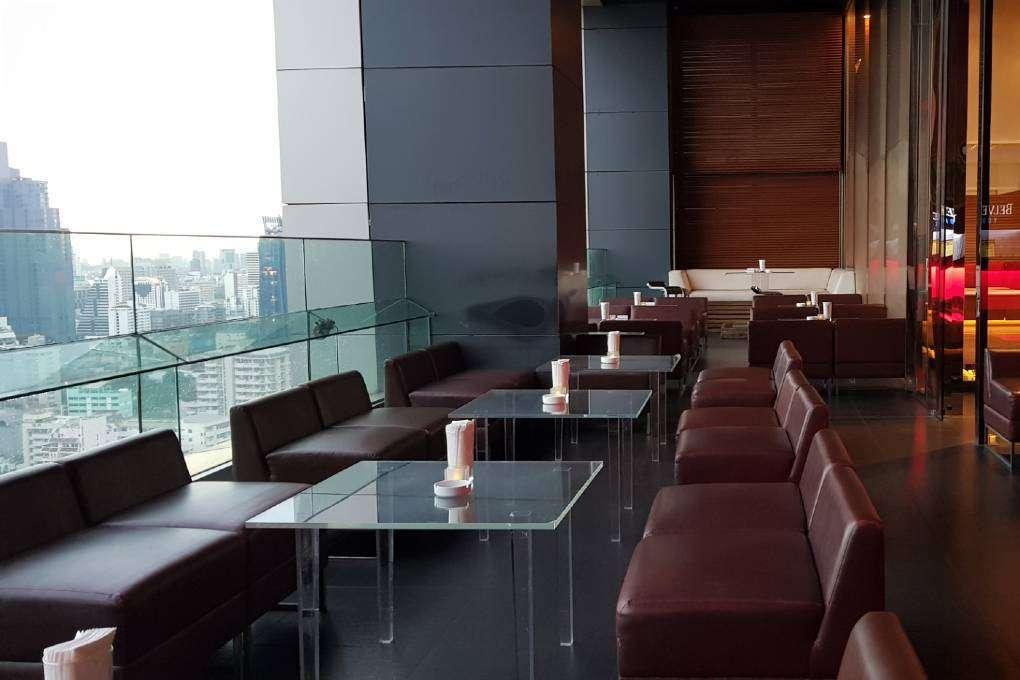 Loungebanken op het terras van Long Table