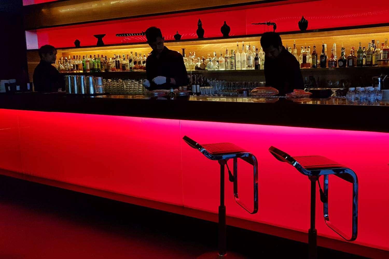 De bar met barmannen bij Long Table in Bangkok