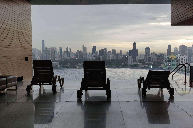 Het zwembad bij Long Table met uitzicht over de sky line van Bangkok