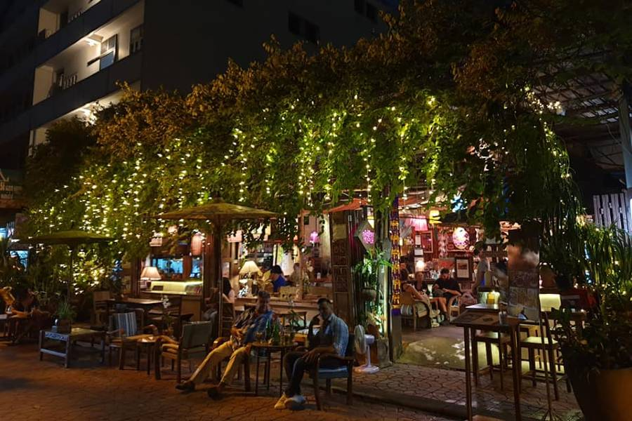 Voorkant van Madame Musur Bar & Restaurant aan Soi Rambuttri in Bangkok's Old Town