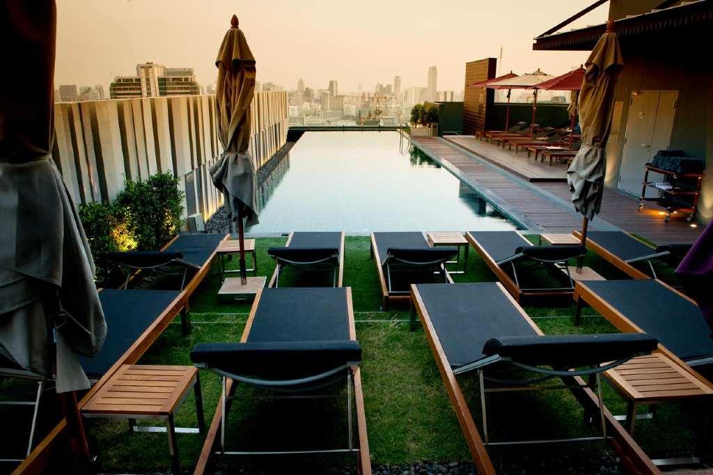 Dakterras met zwembad van Mercure Bangkok Siam