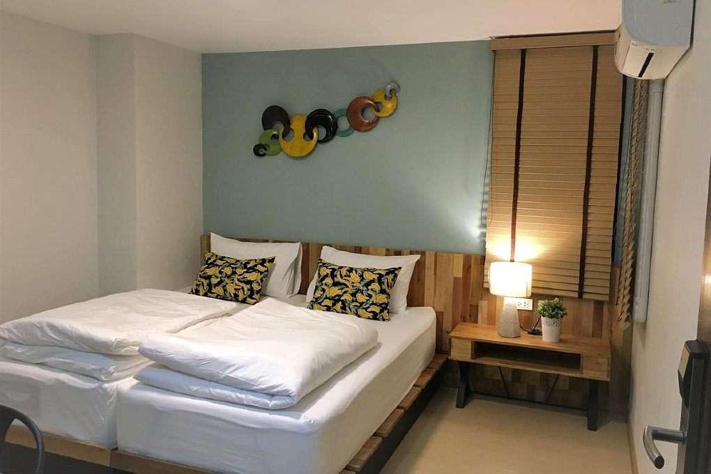 Hotel kamer met 2 bedden en airco