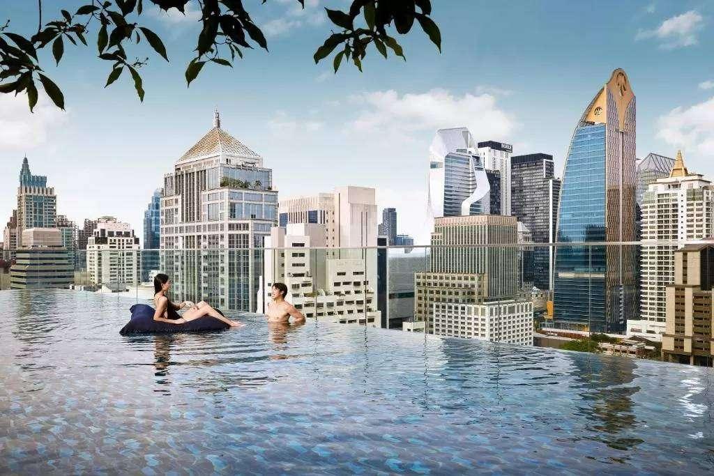 Zwembad met het uitzicht over Bangkok vanaf het Sindhorn Midtown Hotel Bangkok