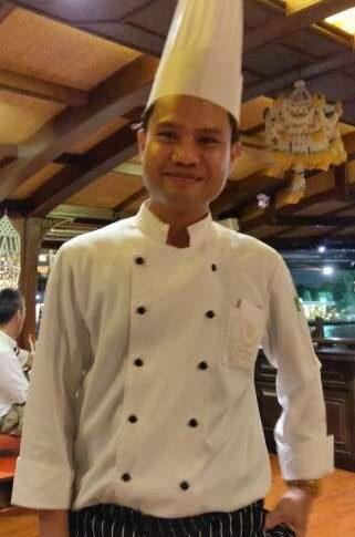 De chef tijdens de Baan Khanitha Cruise