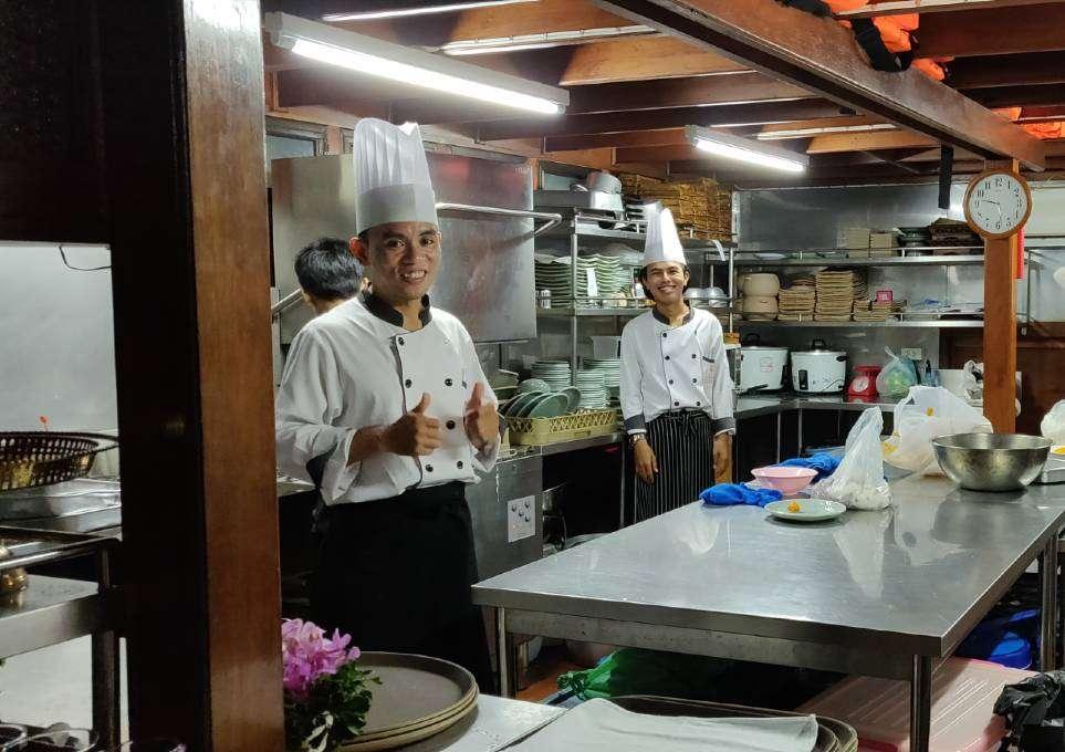 Het team in de keuken tijdens de Baan Khanitha Cruise