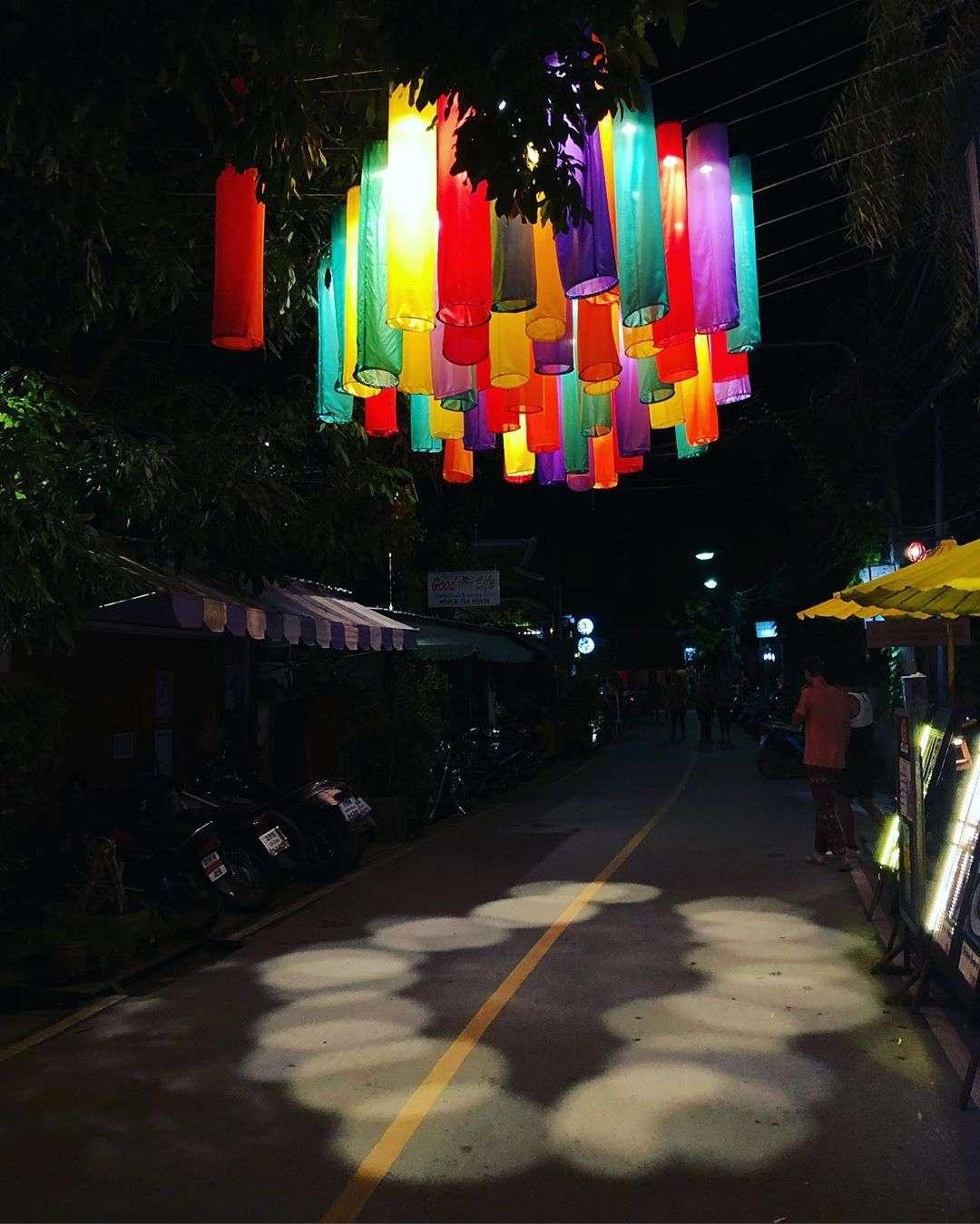 Pai Walking Street tijdens de avond