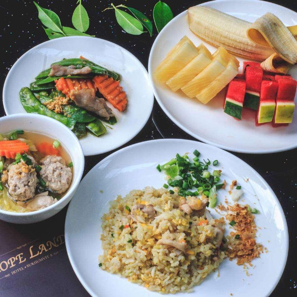 Warm eten als ontbijt bij Hope Land Hotel Sukhumvit 8 in Bangkok