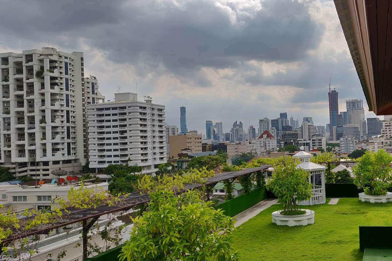 De daktuin met uitzicht van Hope Land Hotel Sukhumvit 8 in Bangkok, Thailand