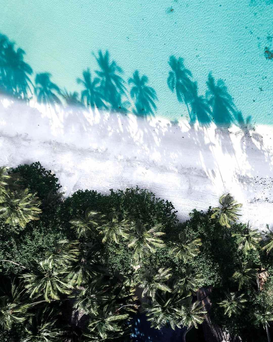 Een strand op koh samui gezien met een drone
