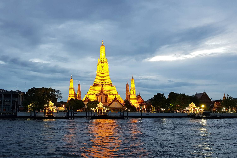 verlichte tempel Wat Arun aan de Chao Phraya Rivier