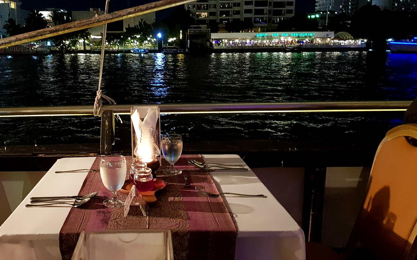 Mooi gedekte tafel met uitzicht op de rivier