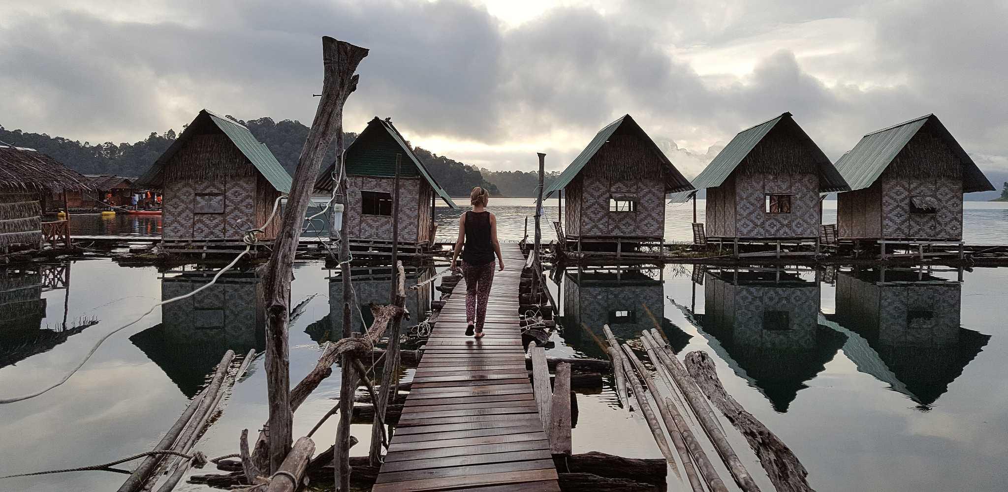 Ilonka op houten stijger bij drijvende huisjes