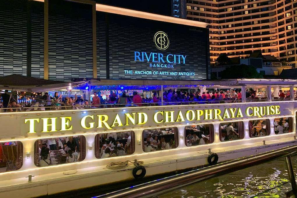 The Chao Phray River boot ligt aangemeerd bij River City