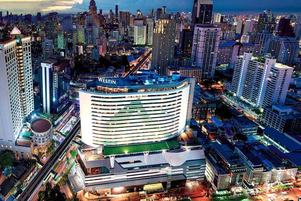 The Westin Grande Sukhumvit gezien vanaf de lucht midden in het Asok gebied van Bangkok tijdens de avond