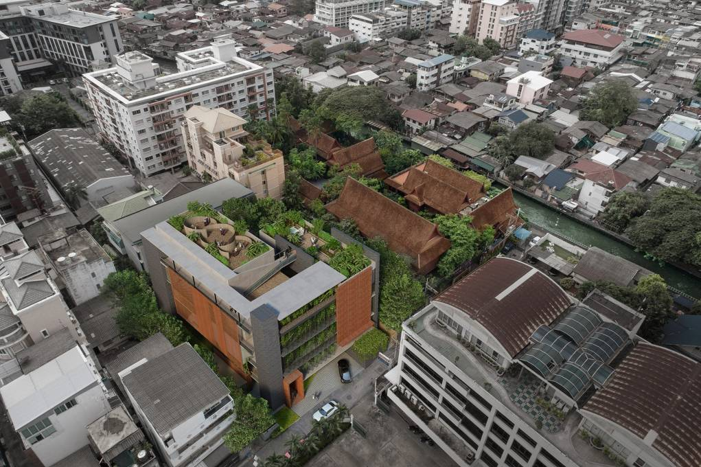 Luchtfoto van het Jim Thompson Art Center in Bangkok