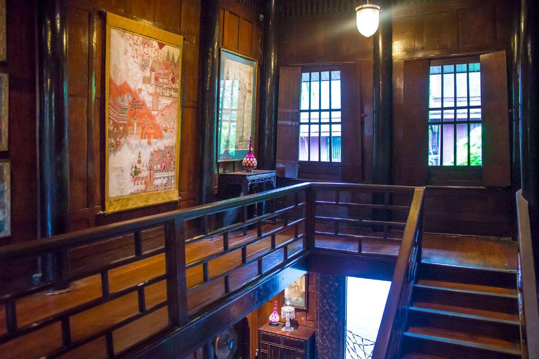 Een trap binnen in het Jim Thompson House, ongewoon voor de Thaise begrippen