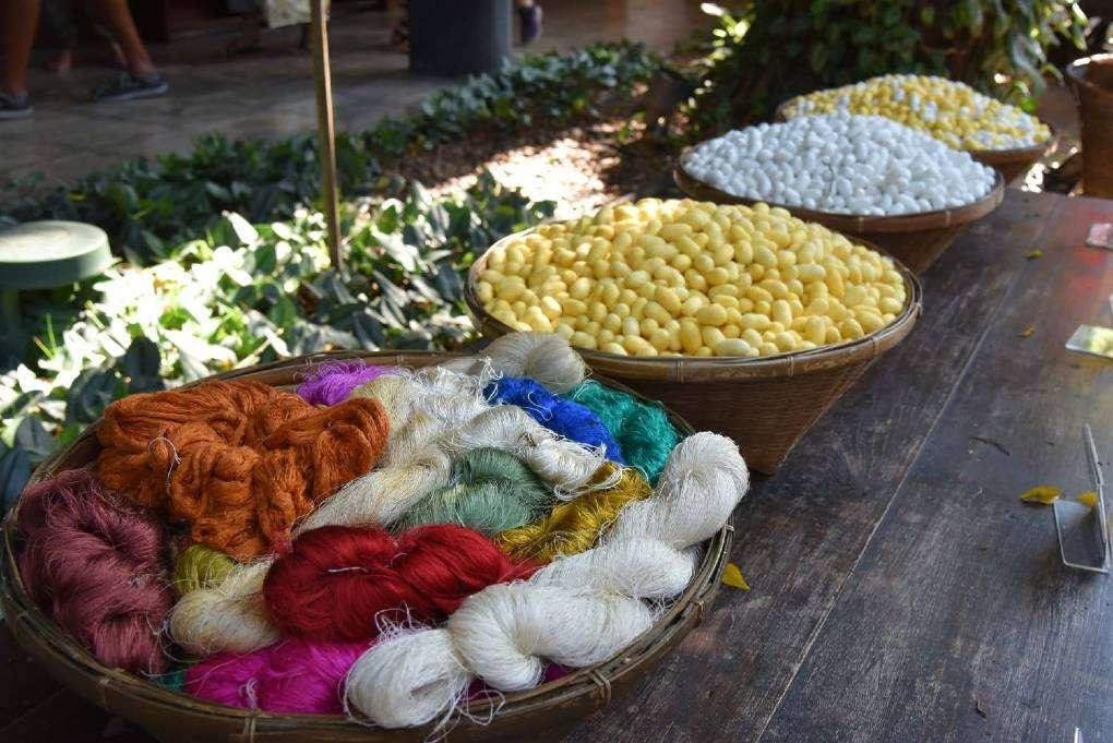 Zijde cocons en zijde in verschillende kleuren bij het Jim Thompson House & Museum in Bangkok
