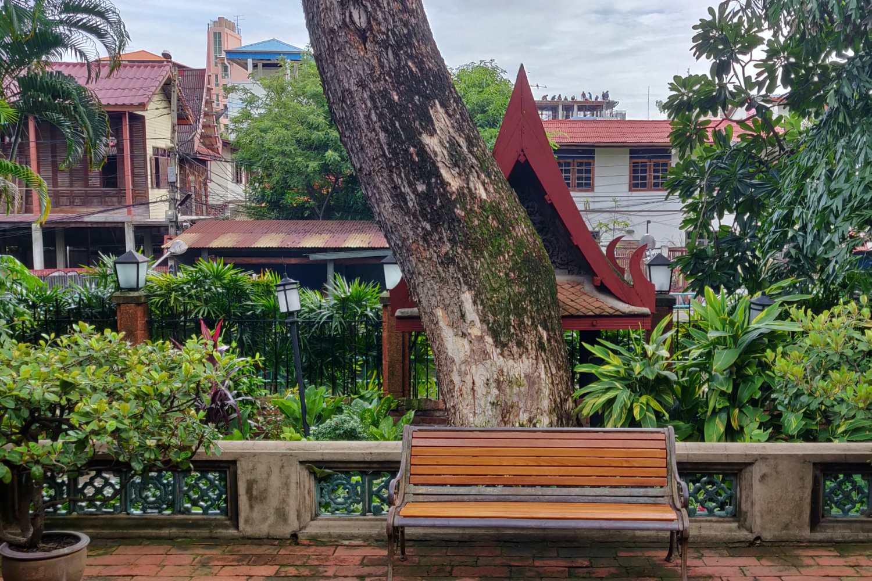 Zicht op de khlong (het kanaal) en Ban Krhua, een wijk in Bangkok