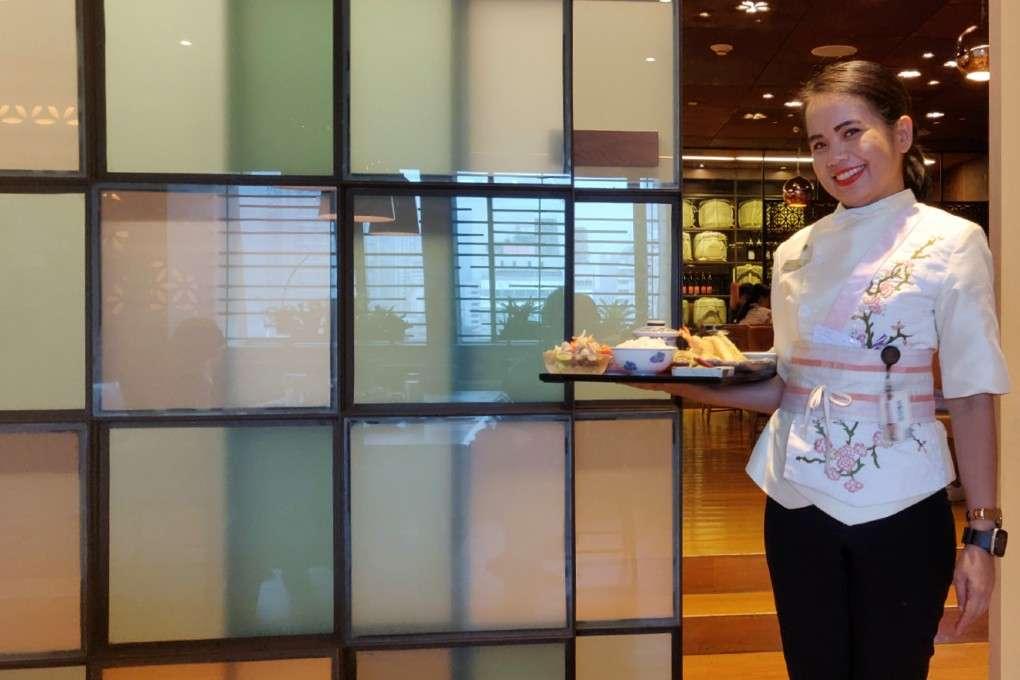 Een vriendelijke serveerster van Kisso Japanese Restaurant in in The Westin Grande Sukhumvit in Bangkok