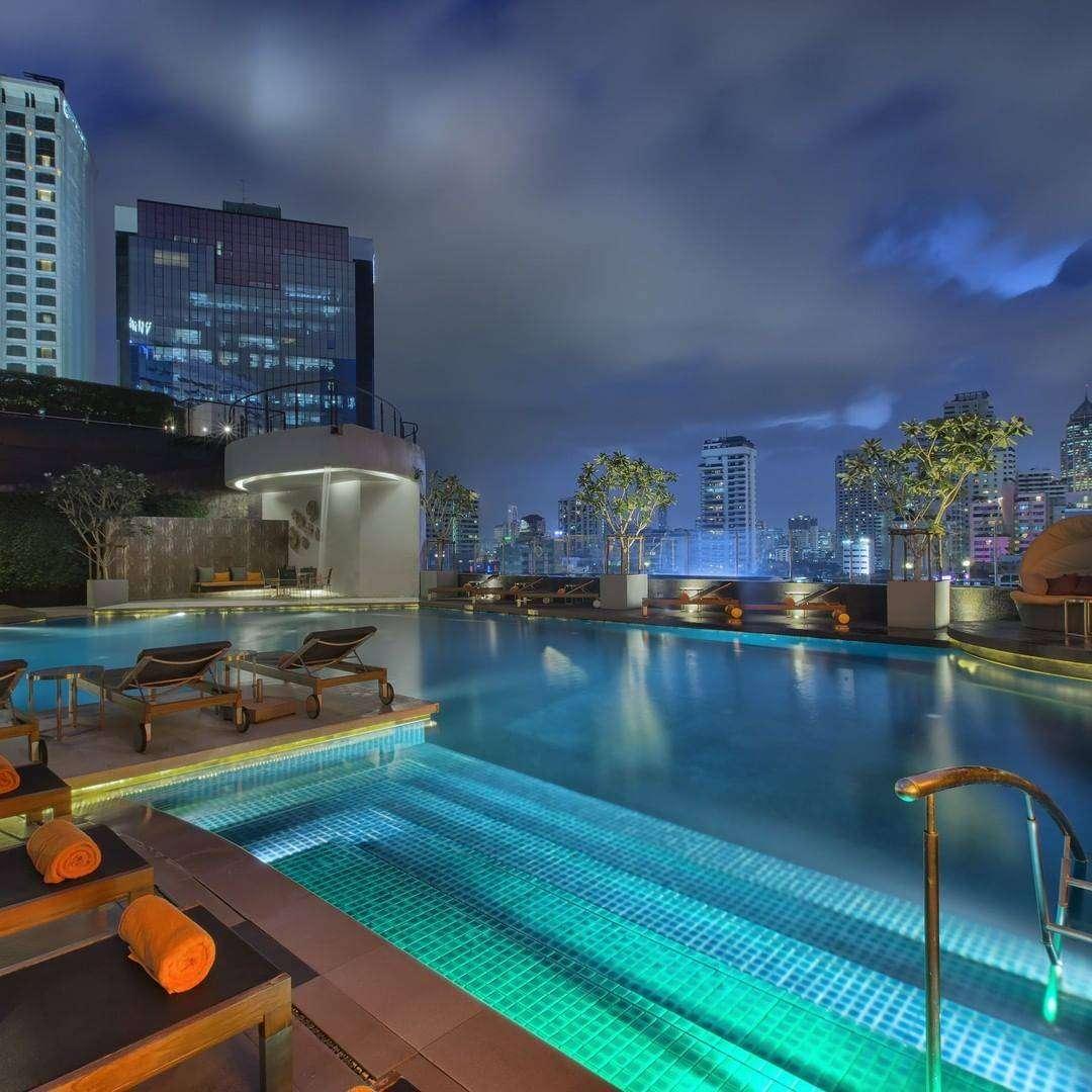 Het zwembad van The Westin Grande Sukhumvit tijdens de avond in Bangkok
