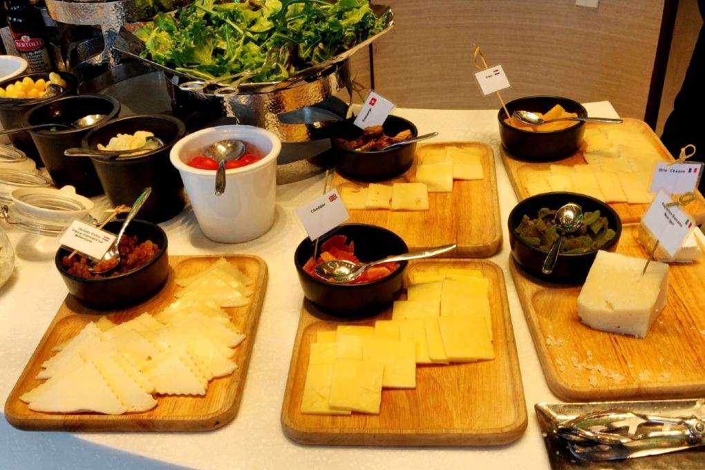 Ontbijt buffet met kaas bij het Seasonal Tastes restaurant in The Westin Grande Sukhumvit in Bangkok