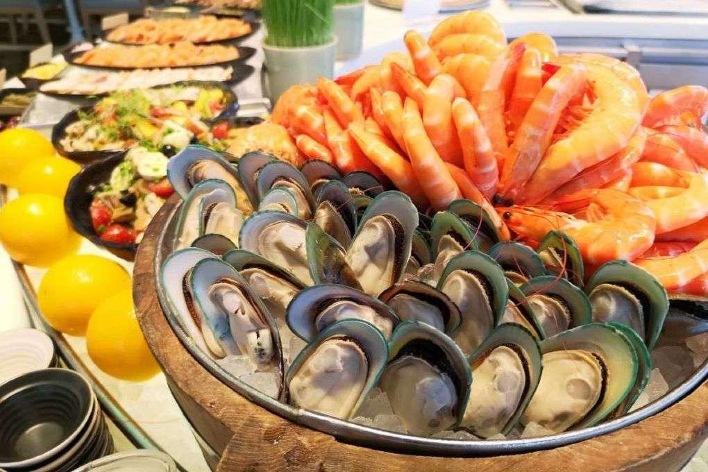 Mosselen en garnalen tijdens het lunch buffet van het Seasonal Tastes restaurant in The Westin Grande Sukhumvit in Bangkok