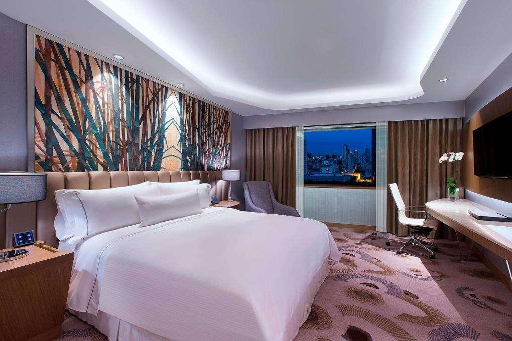 De slaapkamer van the Breezy Suite van The Westin Grande Sukhumvit in Bangkok
