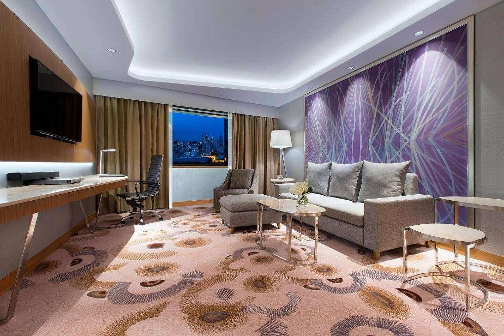 De woonkamer van the Breezy Suite van The Westin Grande Sukhumvit in Bangkok