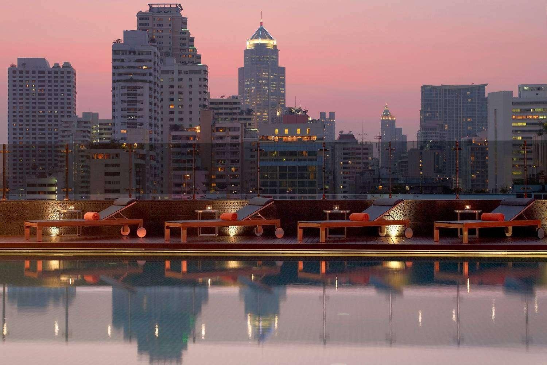 Het zwembad van The Westin Grande Sukhumvit tijdens schemering in Bangkok