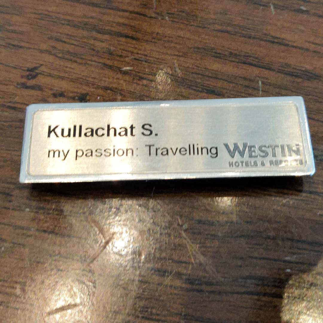 Bordje met my passion is Travelling van hotelpersoneelslid van The Westin Grande Sukhumvit in Bangkok