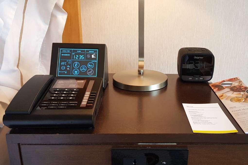Een controller om je lichten. airco en room service te bedienen in de kamer van The Westin Grande Sukhumvit in Bangkok