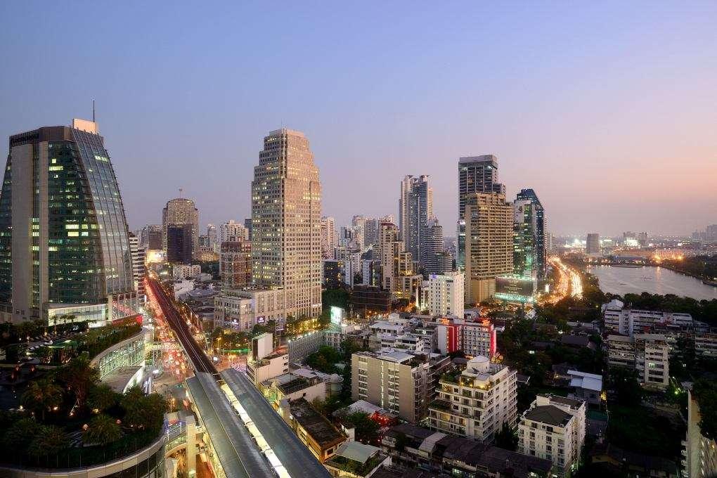 De omgeving van The Westin Grande Sukhumvit in de Asok wijk van Bangkok met in de verte het Benjakitti Park en op de voorgrond het BTS station Asok