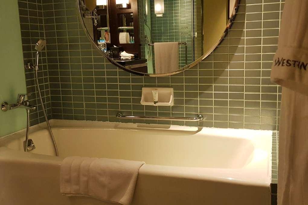 Badkamer met bad (en losse douchecabine) van de Premium Deluxe Twin Room van The Westin Grande Sukhumvit in Bangkok