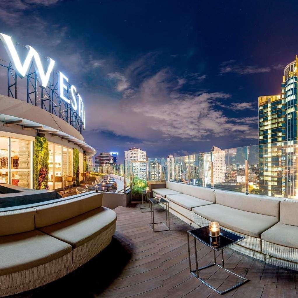 Het terras van de Zest Bar & Terrace van The Westin Grande Sukhumvit in Bangkok