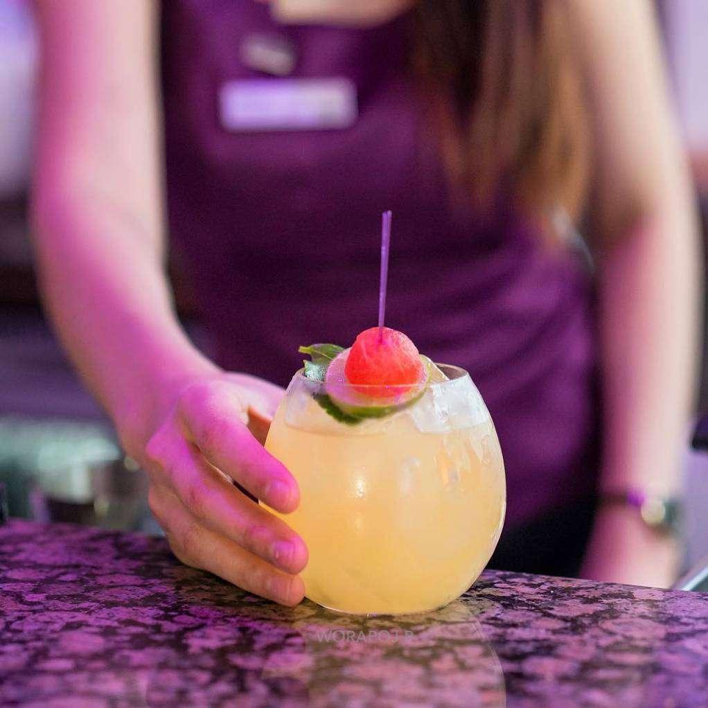 Cocktail in de Zest Bar & Terrace van The Westin Grande Sukhumvit in Bangkok